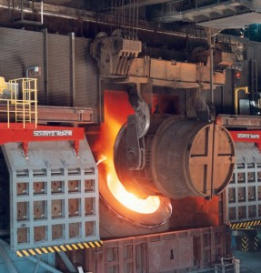 Behälter der flüssiges Eisen in einen Stahl-Konverter schüttet