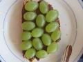 Nuss-Nougat-Creme und Weintrauben