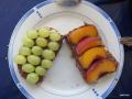 coole Kombination Pfirsiche und Weintrauben